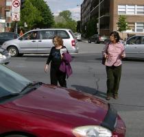 Traversée piétonne interdite aux abords de la station de métro Parc, arrondissement de Villeray-Saint-Michel-Parc-Extension, Montréal.